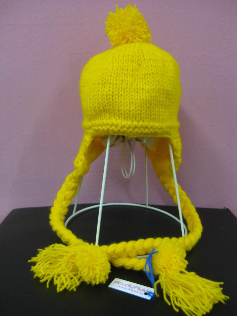 Studiofluido - Cappellino lana giallo con trecce e pon pon